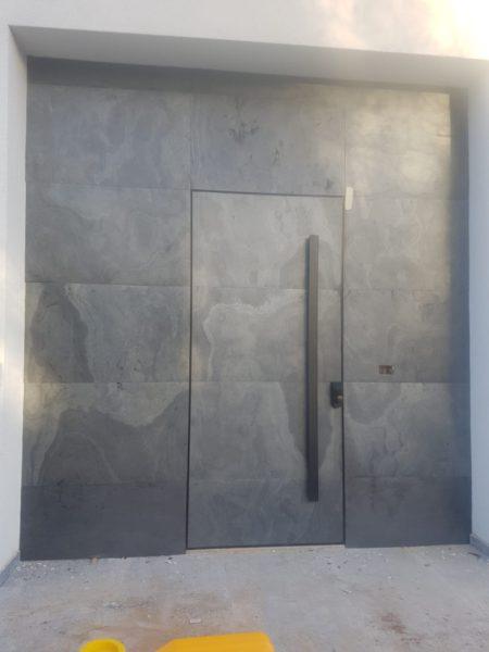 חיפוי באבן על דלת כניסה