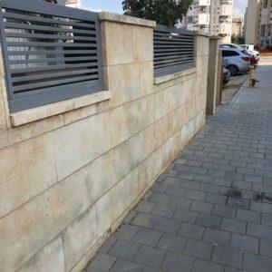 חיפוי אבן לגדר-לפני היישום של אבן האלסטית לגדר