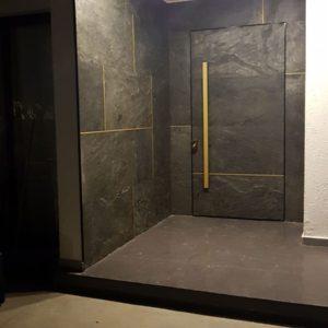 חיפוי דלת כניסה באבן דגם סילבר גריי