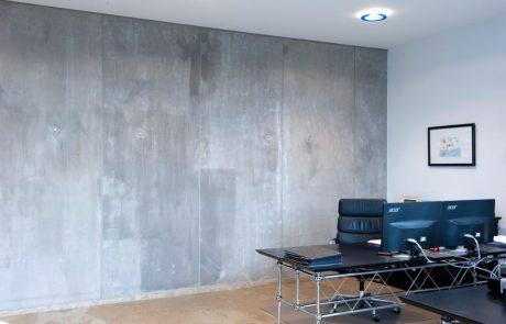 קיר בטון חשוף בסלון