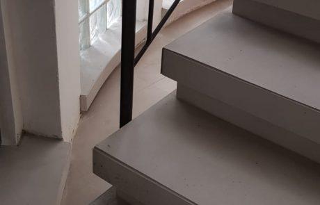 הדבקה על מדרגות ישנות